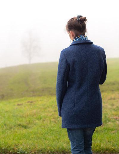 Andrea Beer 36 Rückansicht blaue Wolljacke