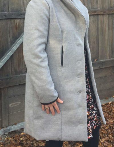 Grauer Mantel Nahttaschen