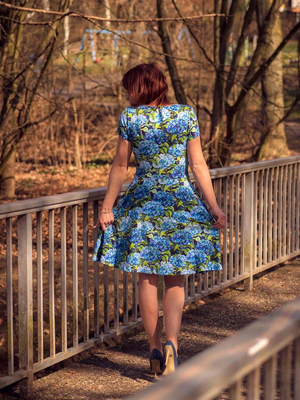 36 Ausgestelltes Kleid Ruecken